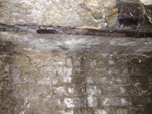 Вода сочится по стенам нашего подвала, разрушая фундамент дома!