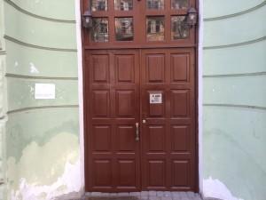 За обновленными парадными дверями - старые привычки жильцов...