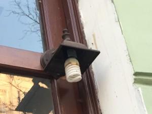 За месяц наш дом так и не смог собрать денег на ремонт разбитого фонаря...