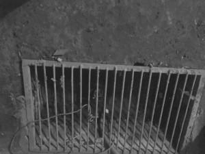Электронасос качает воду из приямка в подвале дважды в день