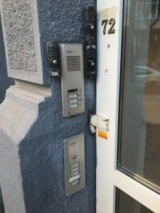 В некоторых домах на подъездах можно обнаружить сразу несколько домофонов