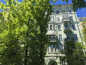 Стеклянная лоджия на 6-м этаже - как бельмо на глазу всего фасада