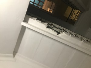 Обломки лестницы - прямо над головами жильцов