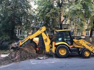 Желтый трактор под домом - к замене труб