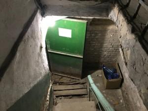 Вход в подвал отвратительный, но освещенный