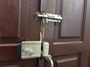 Контрасты: на дворе XXI век, а дверь запираем на щеколду