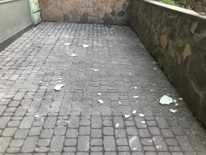 Куски штукатурки с фасада сразу после падения