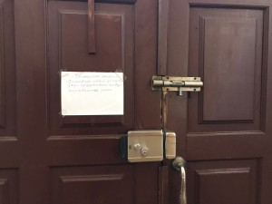 Дверь снова набухла от дождей и плохо закрывается