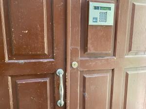 Главная дверь без элементарной защиты!