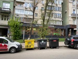Наши мусорные контейнеры - возле чужого дома