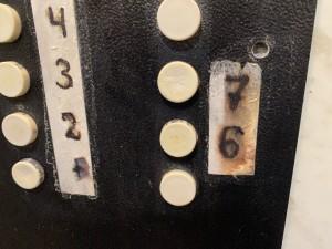 Испорченные дезинфекцией от ЖЭКа надписи в лифте