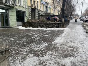 Фотофакт: придомовая территория убрана дежурными, а не дворниками