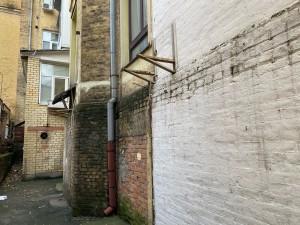 """Подобные """"места"""" на фасаде портят облик нашего дома!"""