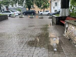 А еще вода подмывает отделку клумб, и она рушится (см. фото)
